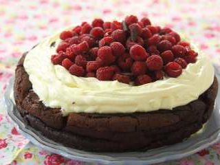 Torta rustica de chocolate sin harina::derretir 200 de manteca con 300 de choco y agregar 6 yemas agrgar 185 de agua hirviendo y luego las6 clara a nieve en horno 50m