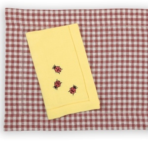 A charming trio of ladybugs adorn our European-woven linen napkins. With our Piccadilly placemats they're picnic perfect!
