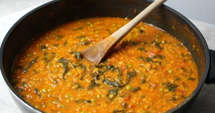 Pour des plats sans viande, cherchons l'inspiration dans la cuisine indienne: délicieux dahl de lentilles corail, petits pois et épinards.