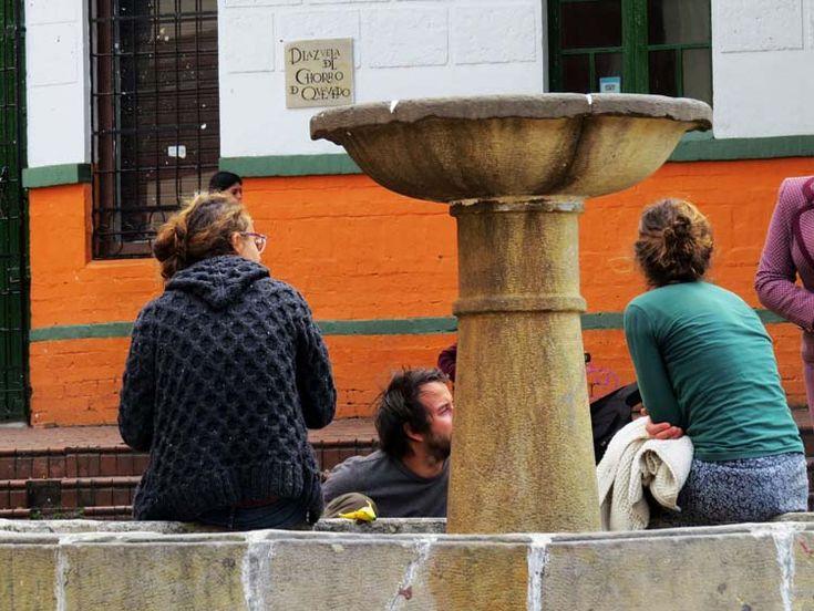 2. En el centro de la plaza está La fuente del Chorro de Quevedo, un lugar magnético que llama a la gente a sentarse a conversar.
