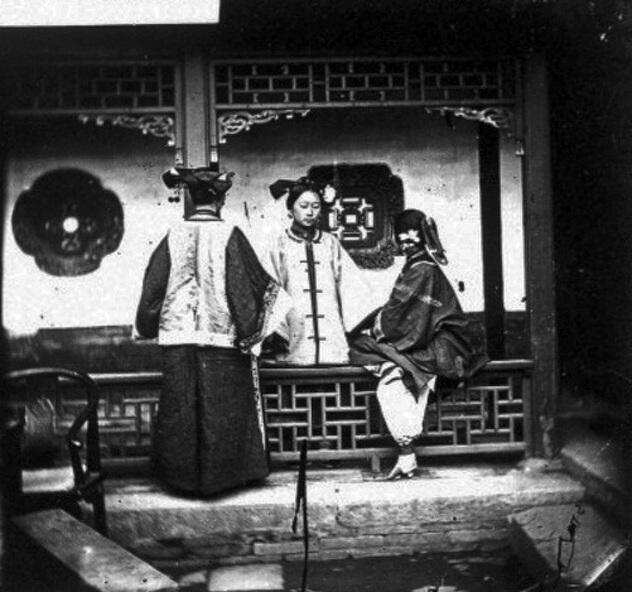 1868年、清王朝時代の中国で撮影された中庭で談話する女性たちの写真。