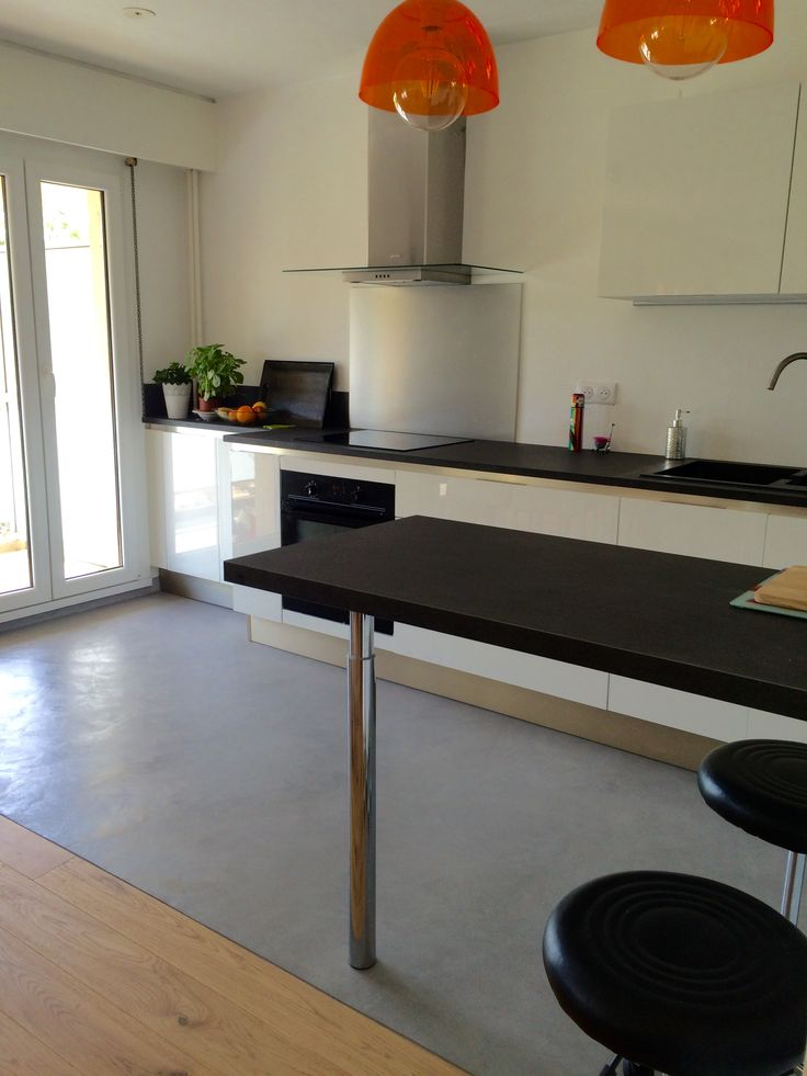 Sol de cuisine en béton ciré par B.CC (couleur gris Argent/MA's)