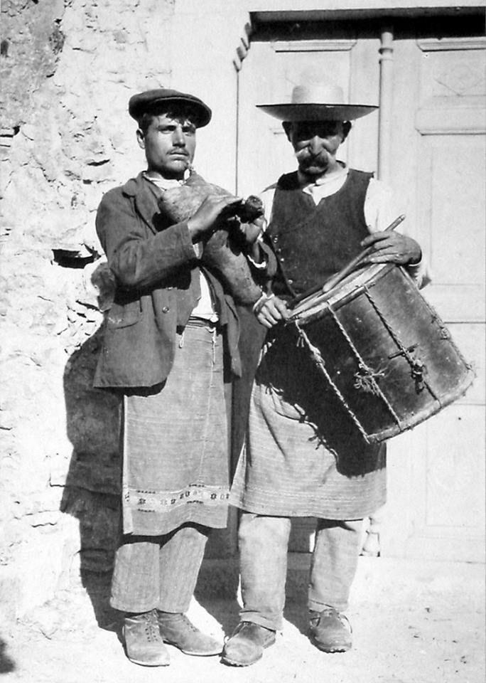Οργανοπαίκτες από το Πυργί – Φωτ. αρχείο Φ. Αργέντη, Βιβλιοθήκη Χίου ΚΟΡΑΗΣ