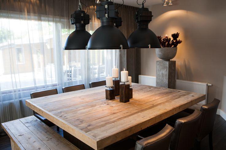 Stoere vierkante tafel van hout