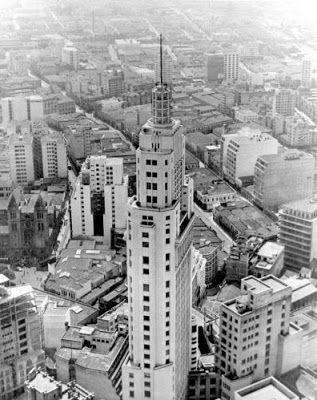 Edifício do Banespa, no centro de São Paulo, o prédio mais alto da cidade na década de 50, hospedou em sua torre a antena da TV Tupi.