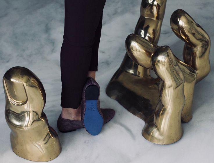 Bailarina de astracán lila y suela azul en mesa de mano diseño