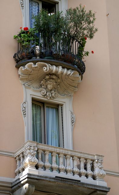 OMG!! Wouldn't you just love to have angels above your windows?? DG Torino, Via 4 Marzo, Balcone