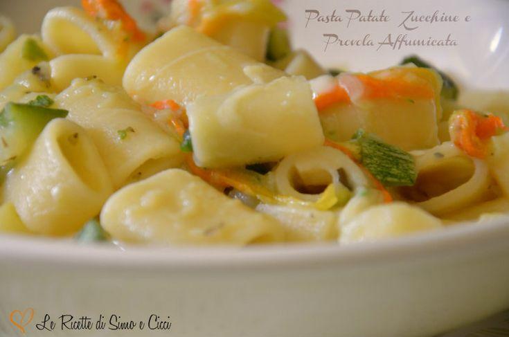 La Pasta Patate Zucchine e Provola Affumicata è un delizioso primo piatto ispirato ad una famosa ricetta della tradizione napoletana, ovvero la pasta e pat