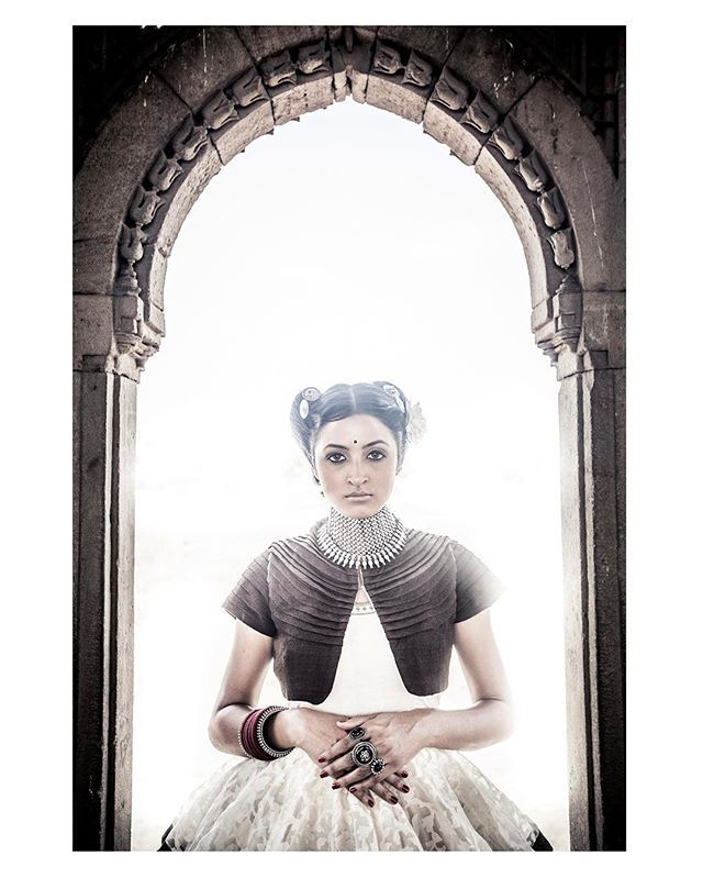 #throwback #dhruvsingh #shoot #portrait #indianwoman #styled #styling #handwoven #indiantextiles #earthy #raw #royal #india #historical #heritage #indianarchitecture #historicalbuilding #artisans #photograph #serene #india #indianfashion #indiancouture  Styled by- @singh.dhruv  Photographed by- @devansh5