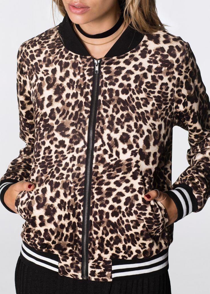 Bekijk nu:Casual bomberjack met trendy luipaardprint en gestreepte boordjes. Helemaal in de mode in het nieuwe seizoen. Bijzonder highlight is het materiaal in zachte, suède look.