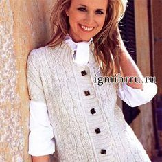 Белый шерстяной жилет, связанный спицами, с красивыми узорчатыми вертикальными полосами.  Размеры (европейские): 38/40 (44/46) Размеры (российские): 44/46 (50/52) Вам потребуется: 650 (700) г белой п…