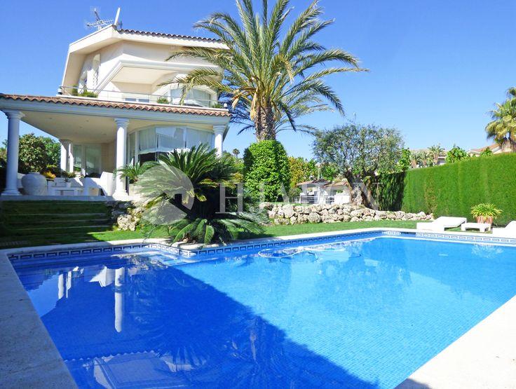 Majestuosa casa de lujo en venta en Alella, en una elegante urbanización cercana al centro del pueblo.