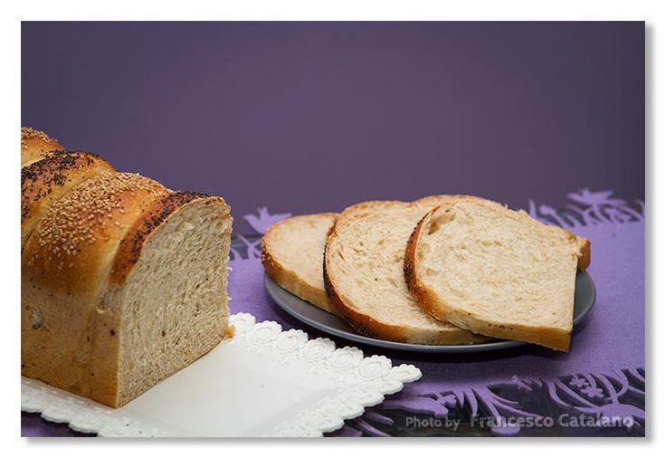 La preparazione di questo morbidissimo pan bauletto prevede l'aggiunta di due ingredienti speciali, lo yogurt ed il water roux. Scoprite come preparare il bauletto allo yogurt e water roux! Ricetta spiegata passo per passo.
