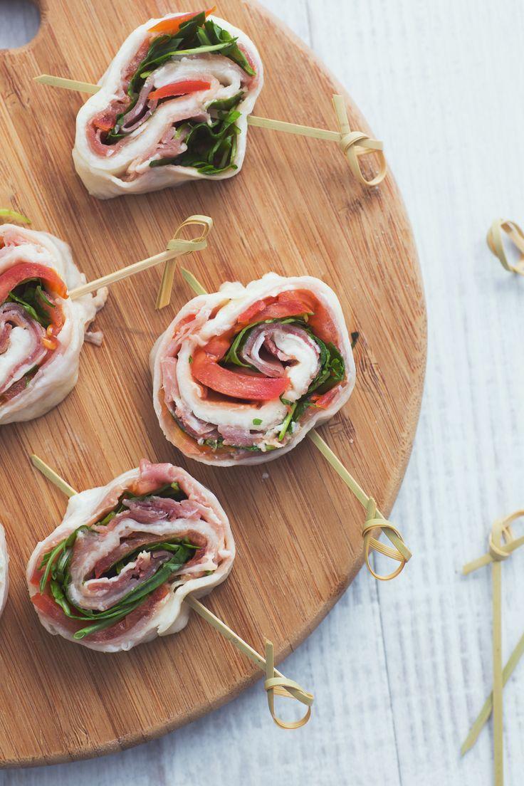Rotolo di mozzarella farcito: un antipasto colorato e gustoso, da preparare con gli ingredienti che preferisci!  [Stuffed mozzarella cheese roll]