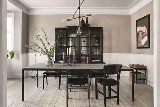 Just nu så letar jag med ljus och lykta efter ett snyggt köksbord. Helst så skulle jag vilja ha ett fyrkantigt men det är svårt att hitta ett snyggt. Fick däremot se detta snygga bord från danska VIPP
