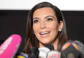 3-Apr-2014 6:03 - 'KIM KARDASHIAN WIL MET NORTH NAAR ALTAAR'. Kim Kardashian is van plan om met haar dochtertje North naar het altaar te lopen wanneer ze met Kanye West trouwt. Dat betekent dat haar stiefvader Bruce Jenner van de kant mag toekijken, meldt Life & Style. www.tisniewaar.nl
