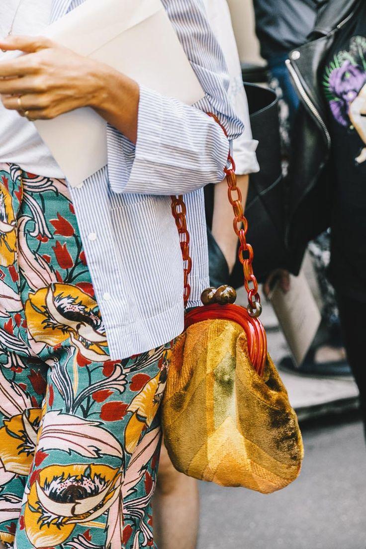 Street Style MFW SS2017 / Día 5 Las camisas a rayas como sobretodo de una shirt-jersey combinada con pantalones de print inesperado. El toque chic se lo da este clutch vintage con maxi-cadena de efecto carey. Diego Anciano Collage Vintage Trouve à vogue.es