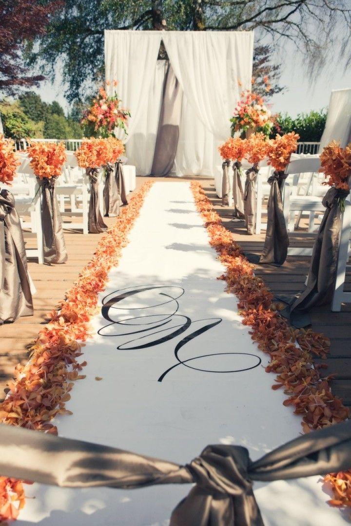No hay nada que diga otoño como un montículo de hojas secas. Utilízalas para decorar tu camino al altar, como follaje en tus arreglos florales o como el arreglo mismo.