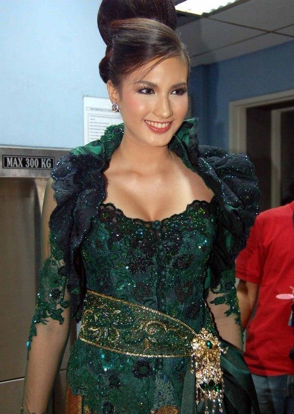 Nadine Chandrawinata in kebaya dress