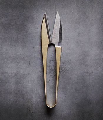 Small sewing scissors produced by the centuries old Banshu Hamono collective of skilled scissorsmith, Japan  | https://www.analoguelife.com/en/products/banshu-hamono-nigiri-basami-sewing-scissors-gold