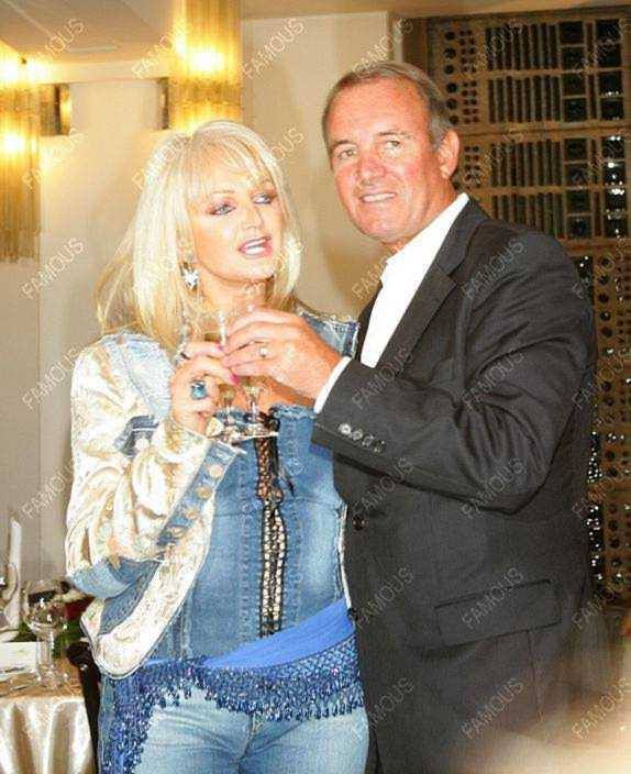 21 09 2005 Bonnie Tyler and Robert Sullivan at the Goldene Henne Awards in Germany - Thanks Veronica Russia #bonnietyler #gaynorsullivan #gaynorhopkins #robertsullivan #thequeenbonnietyler #therockingqueen #rockingqueen #2005 #award #love