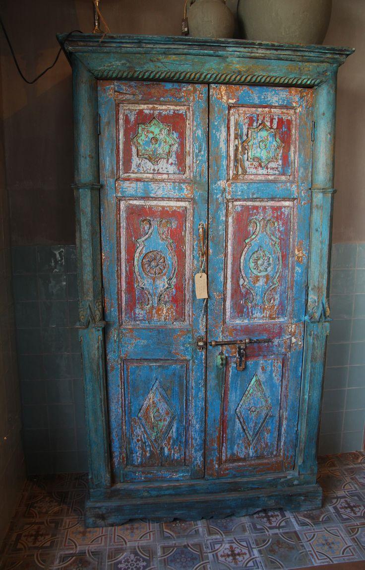 India- gekleurde- kast met zeer oude deuren.