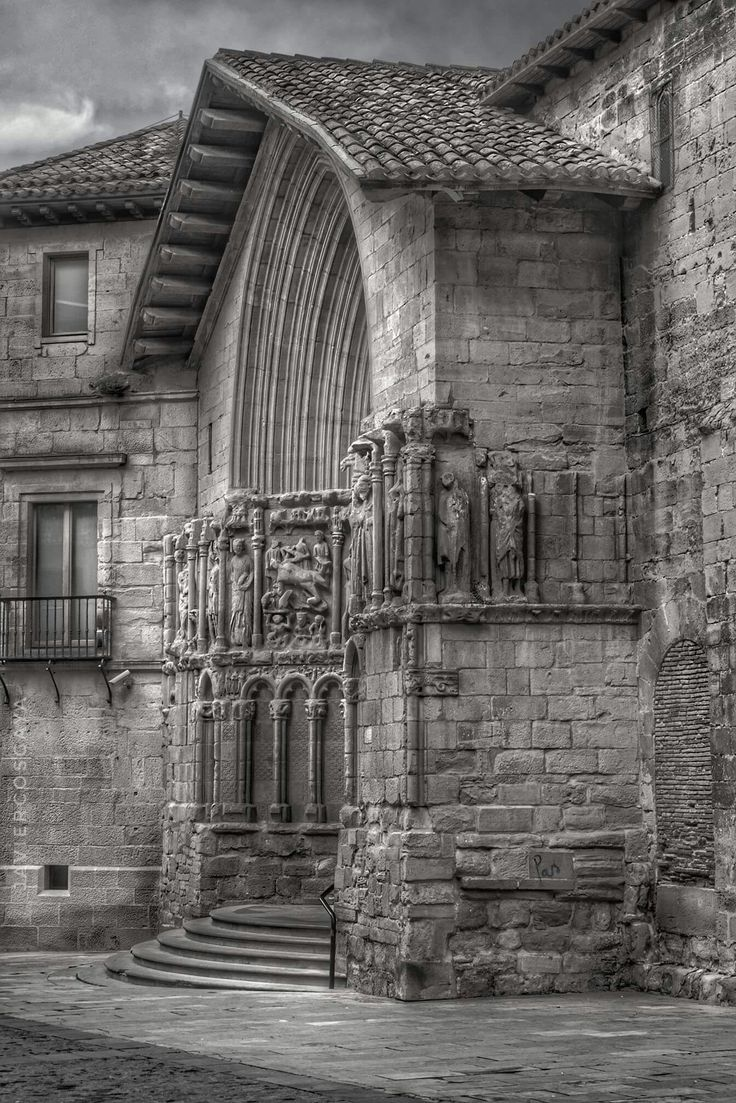 Portico de la Iglesia de San Bartolomé en Logroño. Tímpano del siglo XIV