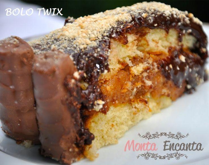 Bolo Twix, recheado com brigadeiro de caramelo mais twix com cobertura de ganache de chocolate, nevado por uma farofinha de maisena e twix extra ao redor.