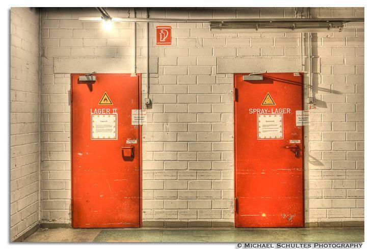 die roten Türen des Marktzentrums