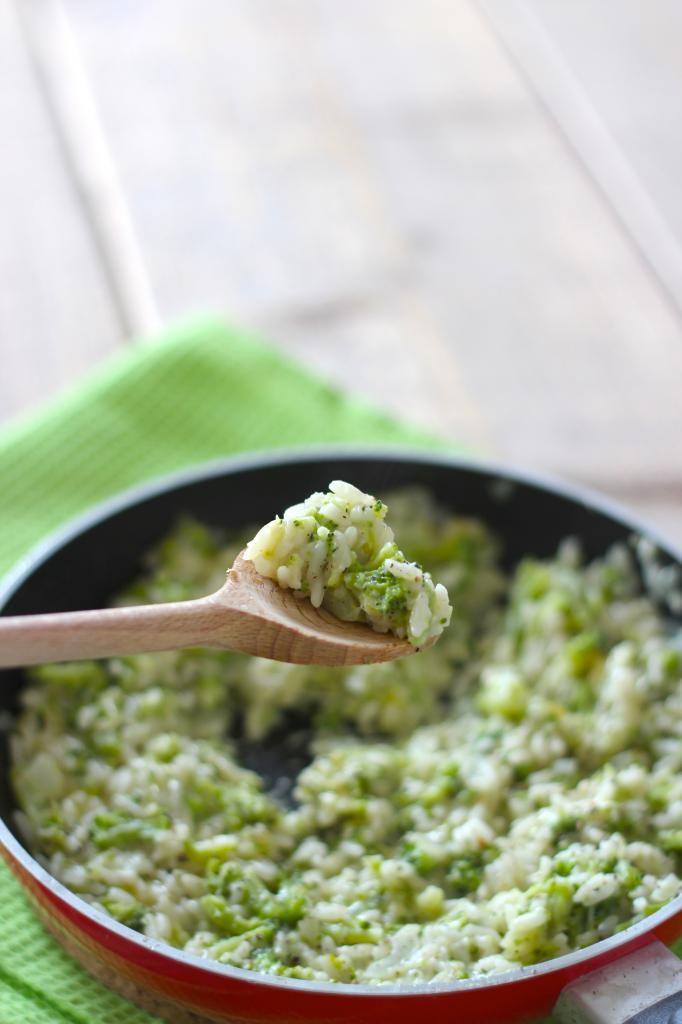 broccolirijst 150-175 gram rijst 300 gram broccoli 1 (rode) ui half bouillonblokje scheut melk flinke hand geraspte kaas 2 teentjes knoflook blokje boter