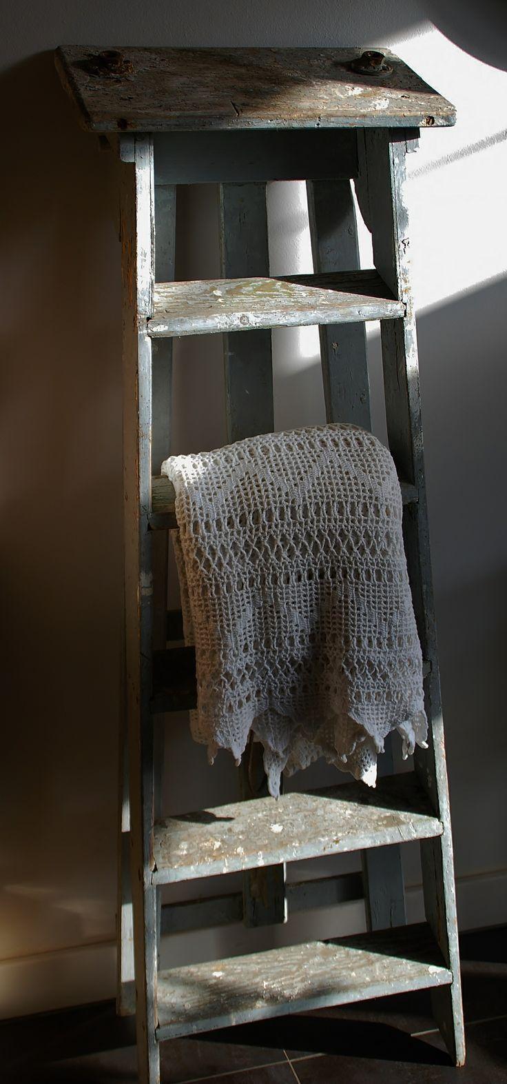 Oude ladder met gehaakt kleedje