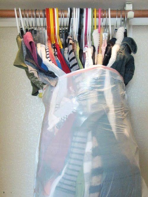 Mettez vos vêtements suspendus dans des sacs poubelles