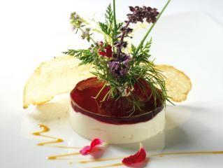 Ziegenkäse-Törtchen mit Holundergelee und Wildkräutersalat