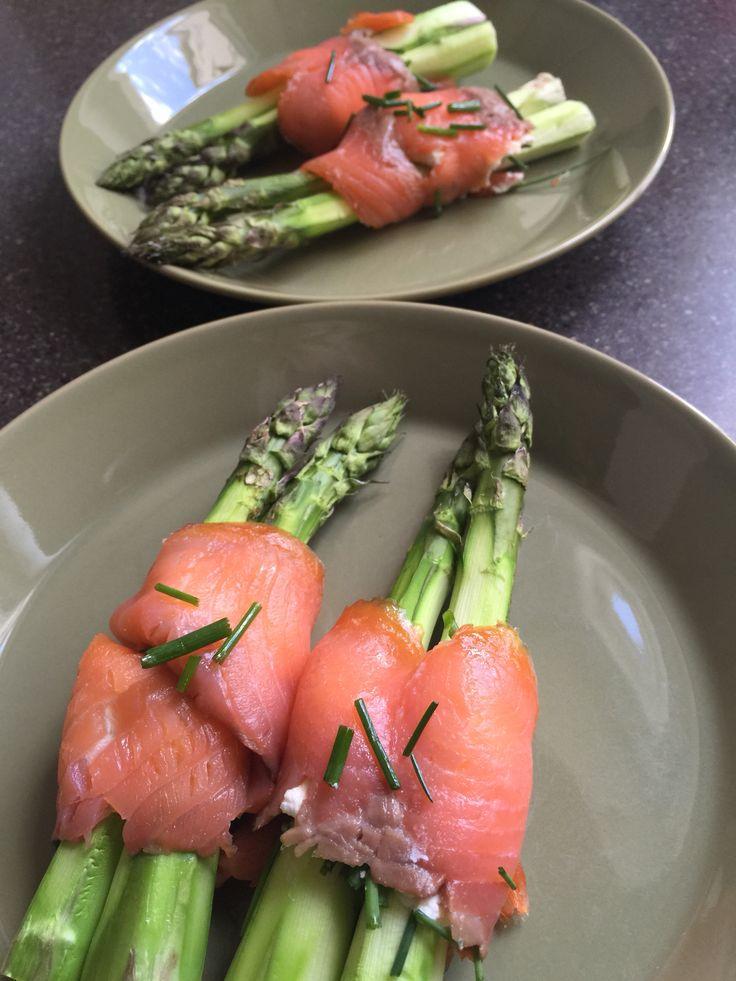 Uunissa paahdettuja parsoja ja piparjuurituorejuusto-kylmäsavulohikääreessä.  Näppärä alkuruoka. Uunissa parsoista tulee omaan makuun kivan rapsakoita eikä lötköjä.  Parsoista leikataan puinen osa, kuoritaan, heitetään 175c uuniin 10 minuutiksi. Maustetaan valmiina oliiviöljyllä ja suolalla (kevyesti). Sitten levitetään piparjuurituorejuustoa kylmäsavulohiviipaleille, leikataan vielä basilikaa tai muuta yrttiä ja kääritään kahden parsan ympärille. Valmis!