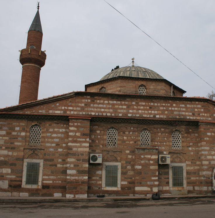 Paşa camii/Akhisar/Manisa/// 1469 yılında Sarı Ahmet Paşa adına yapılmış, revaklı, ferah bir camidir. Sütunsuz kemerler üzerine oturmuş tek bir kubbesi bulunan caminin, diğer camilerden farklı bir özelliği, biri sağ diğeri sol tarafta olmak üzere iki namazgahının olmasıdır. Doğu ve batı cephelerindeki pencerelerin yarı saydam renkli camları Türkiye'nin ilk cam fabrikasının üretimidir.