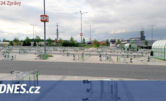 VIDEO: Vtipálci roztahali stovky nákupních vozíků po parkovišti