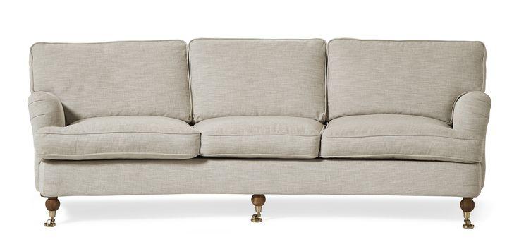 Watford är en svängd 3-sits soffa i komfort delux med fjäderblandning i sitsen och ryggen. Det är en klassisk howardsoffa med mjuka rundade former och skön sittkomfort. Watford går att få i många olika tyger och färger och med olika typer av ben. Med komfort delux får du en extra lyxig känsla när du sätter dig ned. Komplettera gärna med en fotpall, nackkudde eller fåtölj i samma serie.