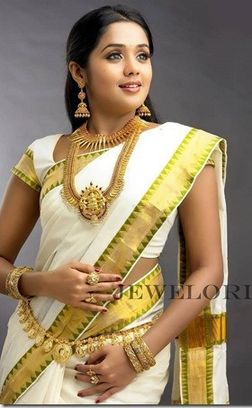 Kamarband is an ornament tied around the waist. It is belt-like, usually made of gold and precious gems, meant to accentuate the waist of the bride. It also helps in holding the sari in place. ----- #indian #wedding #ritual #tradition #blackbook