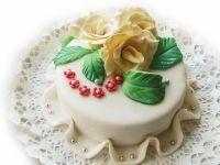 Tort cu trei tipuri de ciocolata fina de la cofetaria online Candy Cat, personalizat cu flori si margelute.