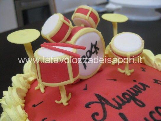 Torta di Panna con Batteria in Pasta di Zucchero   http://www.latavolozzadeisapori.it/ricette/torta-di-panna-con-batteria-in-pasta-di-zucchero