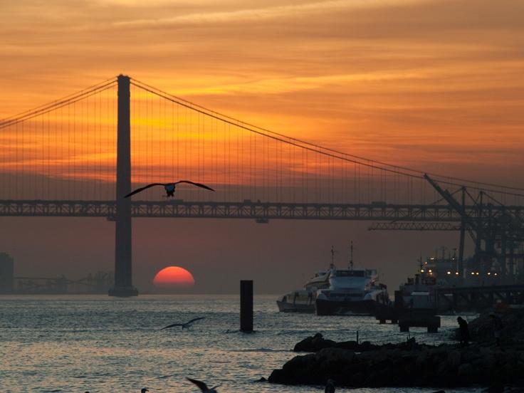 Západ slunce na řece Tejo s mostem 25. dubna