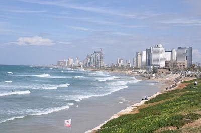 Tel Aviv er, i modsætning til nærmest alle andre byer i Israel, en moderne by. Den er bygget i ørkensandfor omkring 100 år siden,på kanten af Middelhavet og ligenord for den gamle arabiske byJaffa.  Bybilledet er på alle måder meget blandet. Europæere, nordafrikanere, amerikanere, arabere, kristne, muslimer,liberale og ultraortodokse jøder(og alt derind imellem). Også den homoseksuelle del af befolkningen …