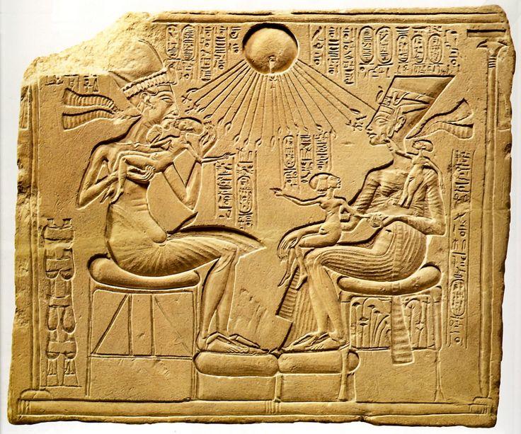 плита домашнего алтаря с изображением эхнатона с семьей. Ранняя Амарна