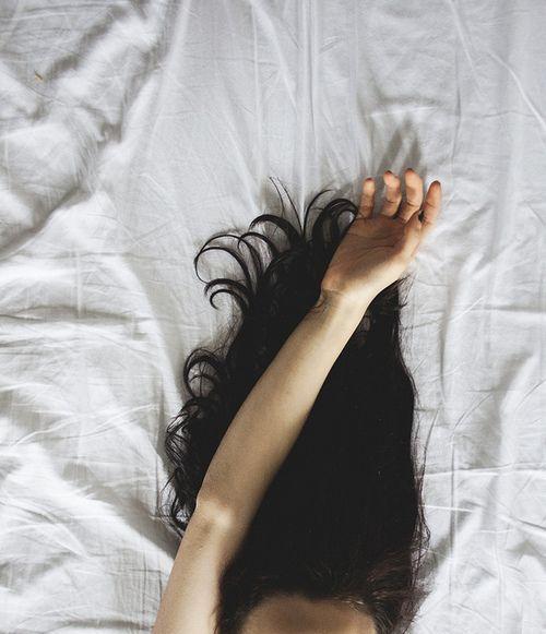 mujeres con ansiedad cama