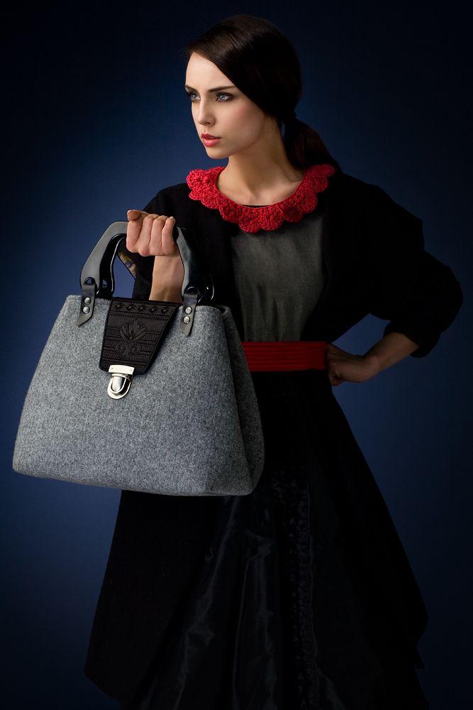 http://goshico.com/en/skladany-kufer-z-haftowana-klapa.html PRICE: 81.70 €
