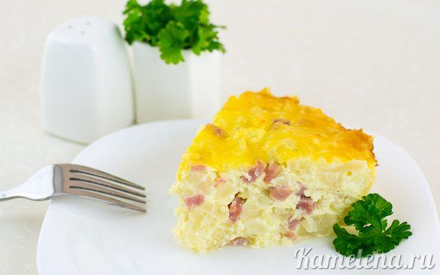 Запеканка из цветной капусты       1 кг цветной капусты     300 г сметаны     200 г ветчины     100 г сыра     2 яйца     соль     перец