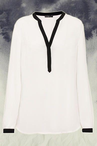 Eine weiße Bluse hier mit schwarzen Akzenten ist so schön.Vorne in die Jeans reingesteckt,diese unten etwas umgeschlagen und dazu weiße Chucks...der perfekte Basic Look♥ Zu kaufen:überall
