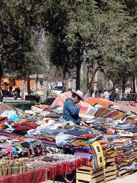Mercado callejero de artesanias autoctonas de Purmamarca, Jujuy, Argentina