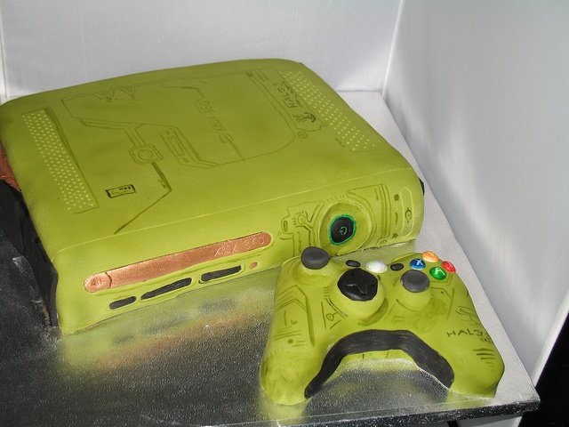 Xbox 360 Halo edition cake by Cakes by Bernard, via Flickr