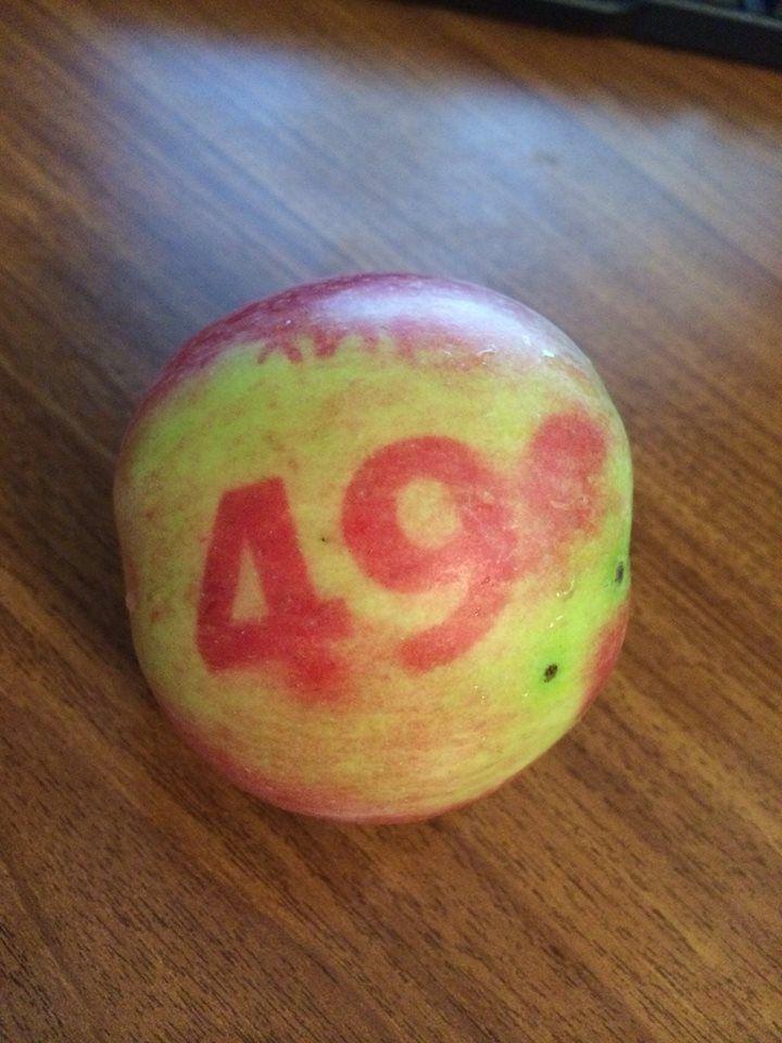 """Сегодня решила утром взять несколько яблок на работу, задумалась и начала перекладывать их в сумку, но четвертое яблоко показалось мне каким-то странным: """"Яблоко № 49!"""" - смотрела я на цифры, ничего не понимая. Оказалось, что на пакете, в котором мы привезли яблоки, размещена реклама, а цифры в ней были просто прозрачным полиэтиленом, и два дня яблоко доспевало и краснело на солнышке именно в том месте, где солнце просвечивало сквозь полиэтилен."""